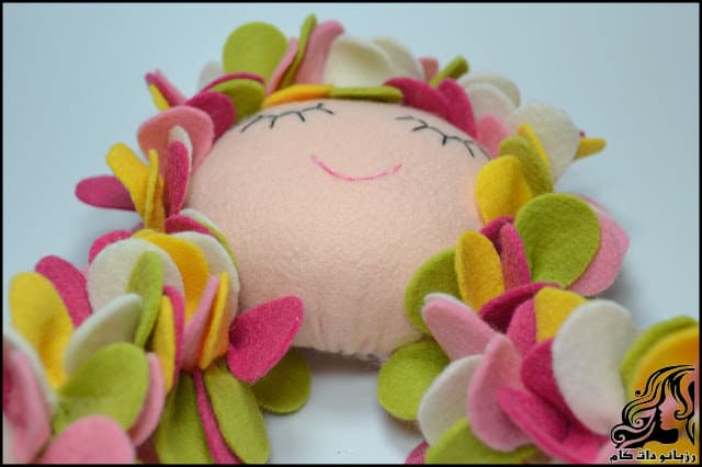 http://up.rozbano.com/view/3134066/Learn%20how%20to%20make%20a%20felt%20girl%20doll-49.jpg
