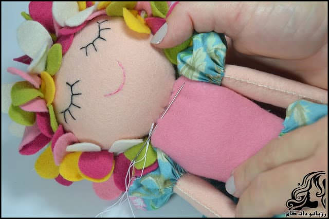 http://up.rozbano.com/view/3134070/Learn%20how%20to%20make%20a%20felt%20girl%20doll-54.jpg