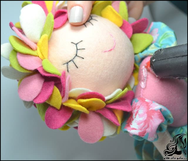 http://up.rozbano.com/view/3134071/Learn%20how%20to%20make%20a%20felt%20girl%20doll-53.jpg