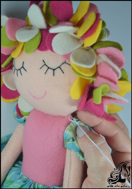 http://up.rozbano.com/view/3134072/Learn%20how%20to%20make%20a%20felt%20girl%20doll-55.jpg
