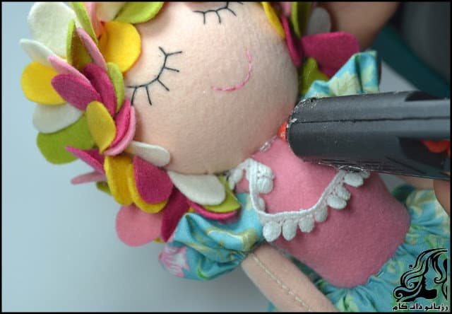 http://up.rozbano.com/view/3134074/Learn%20how%20to%20make%20a%20felt%20girl%20doll-57.jpg