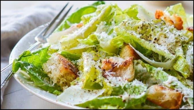 https://up.rozbano.com/view/3226264/Caesar%20salad%20restaurant%20with%20chicken.jpg